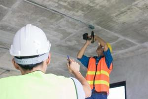 byggnadsarbetare som arbetar med att bygga interiör foto