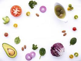 färska salladsingredienser på vit foto