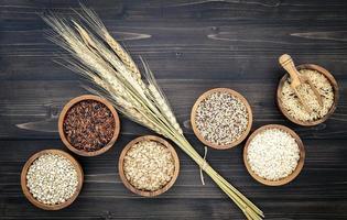 skålar med diverse korn foto