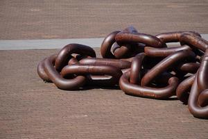 gamla bruna kedjelänkar i hamnen foto