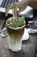 iskaffe på ett bord