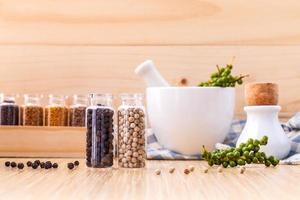 färska kryddor och örter med en mortel foto