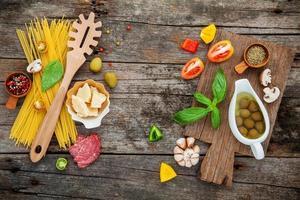ovanifrån av italienska måltidingredienser foto