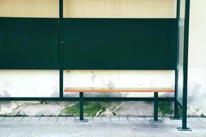 träbänk på gatan foto