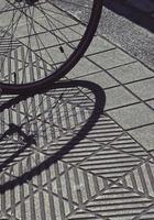 skugga av ett cykelhjul eker foto