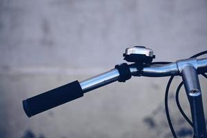 närbild av cykelstyret och klockan foto