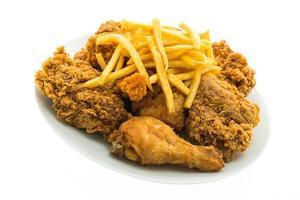 stekt kyckling och pommes frites på en vit platta