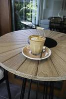 latte på ett bord