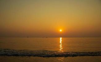 vacker solnedgång landskap, tropisk strand i Thailand