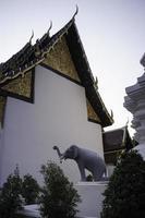 thailändskt buddhistiskt offentligt tempel med elefantstaty