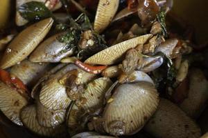 rör stekt musslor med thailändsk söt basilika foto