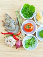 ovanifrån av ingredienser för tom yum soppa foto