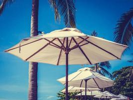 vita paraplyer vid havet foto