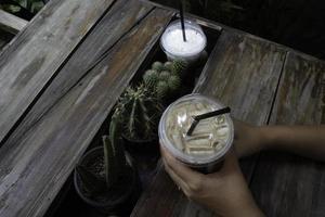 hand på dryck med iskaffe foto
