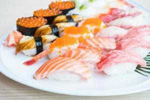 sushi på den vita plattan foto