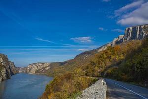 väg i Donau-ravinen i djerdap vid den serbiska-rumänska gränsen foto