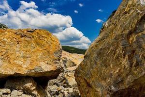 stenblock vid Donau-ravinen i djerdap vid den serbisk-rumänska gränsen foto