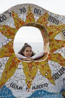 ung kvinna på parque del amor i lima, peru