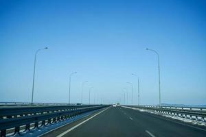 landskap från amur-bron med klarblå himmel i Vladivostok, Ryssland foto