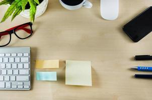kontorsmateriel och kaffekopp på träbord