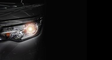bilstrålkastare och kopieringsutrymme på en mörk bakgrund foto