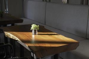 mitt på ett cafébord
