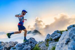 manlig ultramarathonlöpare under ett träningspass foto