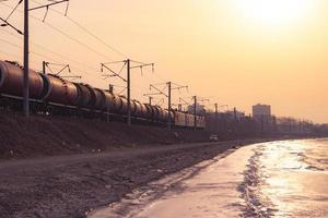 landskap av vatten, kustlinje, tåg och stadshorisont foto