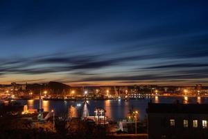 färgglad solnedgång över zolotoy rog eller den gyllene hornviken i Vladivostok, Ryssland foto