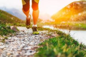 särskilt på skor av en löpare i bergen foto