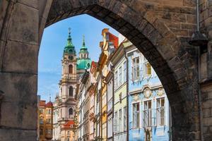 inträde i det färgglada distriktet Mala Strana i Prag foto