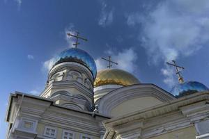 pokrovsky domkyrka med molnig blå himmel i Vladivostok, Ryssland foto