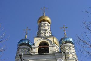 Pokrovsky domkyrka med en klarblå himmel i Vladivostok, Ryssland foto