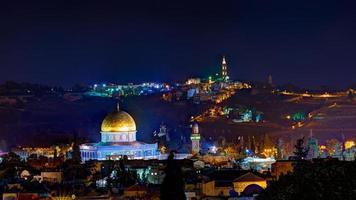 Jerusalem på natten med al-aqsa-moskén och olivberget