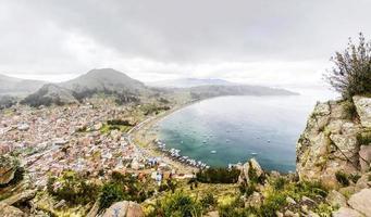 vy vid staden copacabana på Titicaca sjön i Bolivia foto