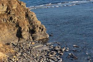 marinmålning av en stenig kust och vatten på en ö i Vladivostok, Ryssland