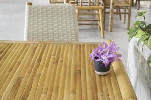 bambumöbler med lila blomsterarrangemang