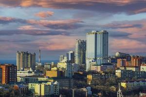 stadslandskap med höga byggnader och färgglad molnig himmel i Vladivostok, Ryssland foto