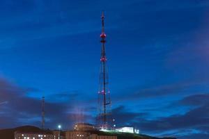 TV- eller kommunikationstorn med mörk molnig himmel i Vladivostok, Ryssland foto