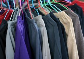 byxor som hänger på ett rack
