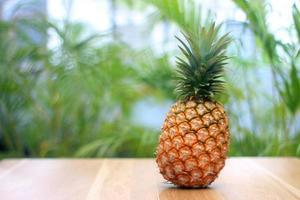 mogen ananas på en naturbladbakgrund foto