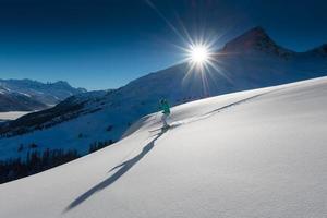 flicka i off-piste skidåkning foto
