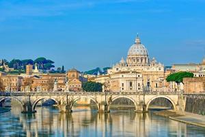 Bridge of Castel St. angelo på tibern. kupol av st. Peters basilika, Rom - Italien foto