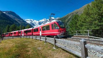 schweiziska bergståg bernina express korsade alperna foto