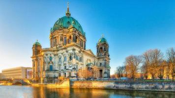 Berlins domkyrka från floden foto