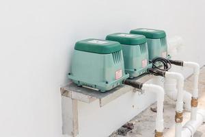 linjär septisk luftpump luftare för toalettrum i en ny fabriksbyggnad