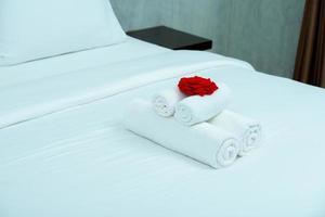 vit obäddad säng med vit gardinbakgrund i elegant hem foto