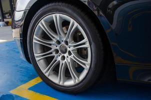 närbild av ett bilhjul foto