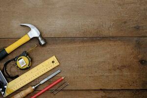 samling av träbearbetningsverktyg på en grov träbänk foto