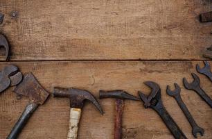 samling av träbearbetningsverktyg på en grov träbänk